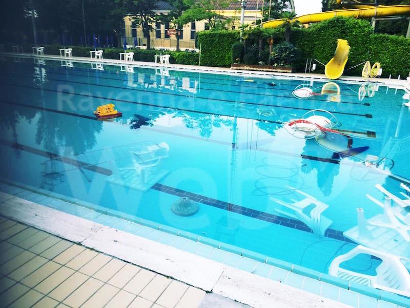 Vandali in piscina gettano in acqua di tutto e rompono il fondo